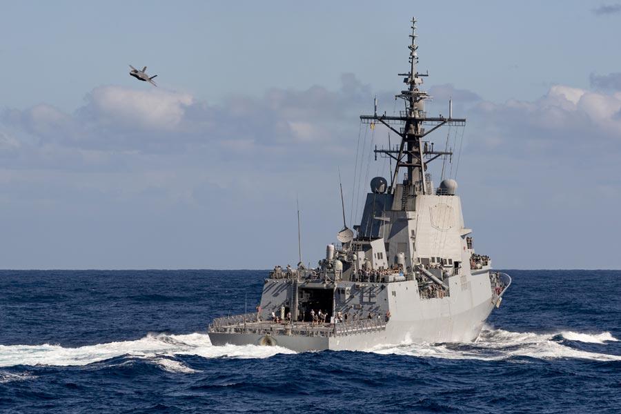 """У березні 2021 року ВМС Австралії провели перші маневри по темі, як поєднати свої есмінці та F-35 у єдиний """"ударний кулак"""" для протистояння флоту Китаю"""