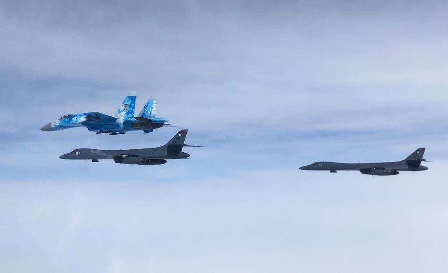 Су-27 та B-1B Lancer